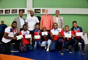 Lucha entrega incentivo a medallistas en inicio nacional campeones