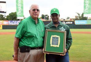 Pesista Crismery Santana recibe distinción Estrellas Orientales